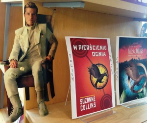 "Igo Teens book Covers Display ""Catching Fire"" ."